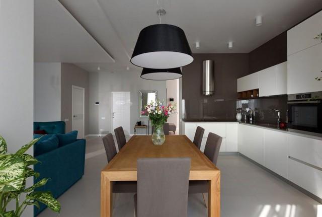 Khu bếp rộng thoáng với bộ bàn ăn rộng.