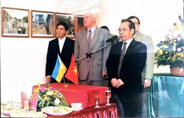 Ông Pilipchuk M.D cùng Đại sứ Việt Nam tại Ucraina Đoàn Đức và ông Phạm Nhật Vượng (trong cùng bên trái) tại buổi gặp mặt các cựu chiến binh Liên Xô đã từng tham gia chiến đấu tại Việt Nam. Ảnh tư liệu.
