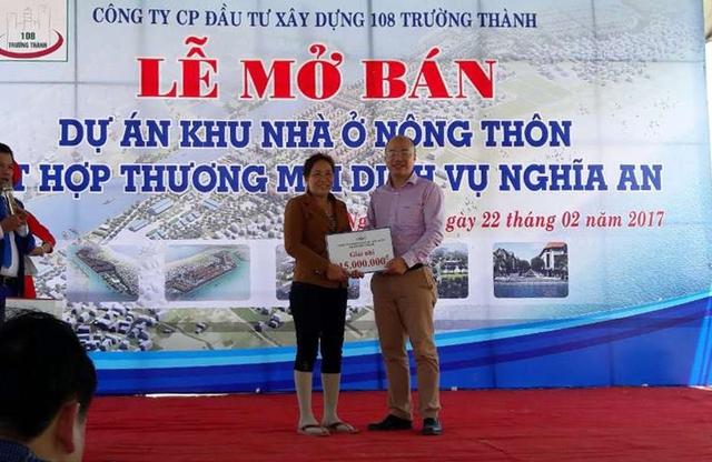 Ông Hoàng Mạnh Huy, Chủ tịch HĐQT CTCP ĐTXD 108 Trường Thành trao quà cho khách hàng trúng thưởng.