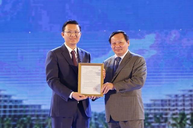 Ông Lê Thành Vinh, TGĐ tập đoàn FLC đón chứng nhận đạt chuẩn 5 sao đối với khu Nghỉ dưỡng sinh thái FLC Quy Nhơn từ ông Nguyễn Văn Tuấn, Tổng cục trưởng Tổng cục Du Lịch.