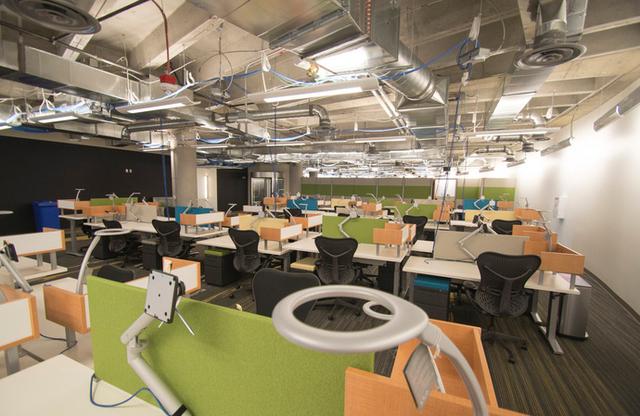 Hệ thống điện, internet đều được lấy từ trên trần nhà xuống, giúp nhân viên hoàn toàn có thể dịch chuyển bàn làm việc của mình đến nơi nào mình muốn.
