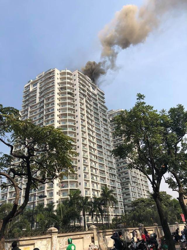Đám cháy bốc lên dữ dội từ nóc tòa chung cư Golden Westlake (Ảnh FB người dân).