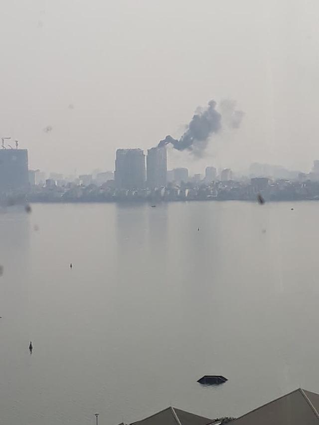 Đám cháy nhìn từ bên kia Hồ Tây (Ảnh FB người dân).