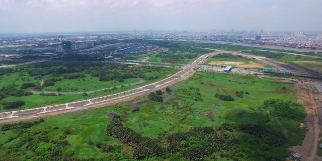 4 tuyến đường chính trong Khu đô thị Thủ Thiêm gồm: đại lộ vòng cung (6 làn xe); đường ven hồ trung tâm (4 làn xe); đường ven sông Sài Gòn (2 làn xe) và đường vùng châu thổ, tổng chiều dài gần 12 km bao gồm 10 cây cầu, trong đó có 2 cầu cạn. Những tuyến đường này đến nay đã dần rõ hình hài.