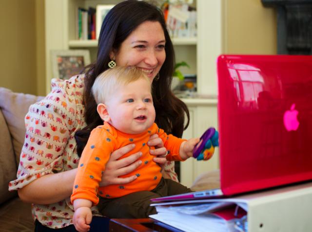 Randi Zuckerberg là mẹ của hai đứa con trai. Vì thế sau mỗi ngày làm việc, cô cũng sẽ giống như bao phụ nữ khác vội vã trở về nhà chăm lo cho gia đình.
