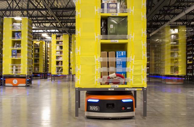 Robot hoạt động trong các kho hàng của Amazon. Ảnh: Reuter