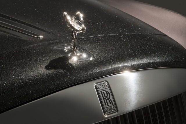 Chiếc xe được phủ bẳng lớp sơn Diamond Stardust làm từ bột kim cương.