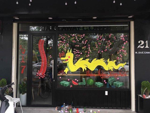 Một cửa hàng cà phê đã vẽ hình chú rồng Pikachu lên cửa kính  (Nguồn ảnh: Facebook)