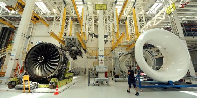 Rolls-Royce Trent XWB được mô tả là động cơ phản lực thân thiện với môi trường nhất từng được chế tạo. Nhà sản xuất xe hơi và động cơ trứ danh của Anh tạo ra nó để lắp đặt trên những chiếc Airbus A350 XWB, một trong những chiếc máy bay ít ồn và tiết kiệm nhiên liệu bậc nhất thế giới. Ảnh: Getty
