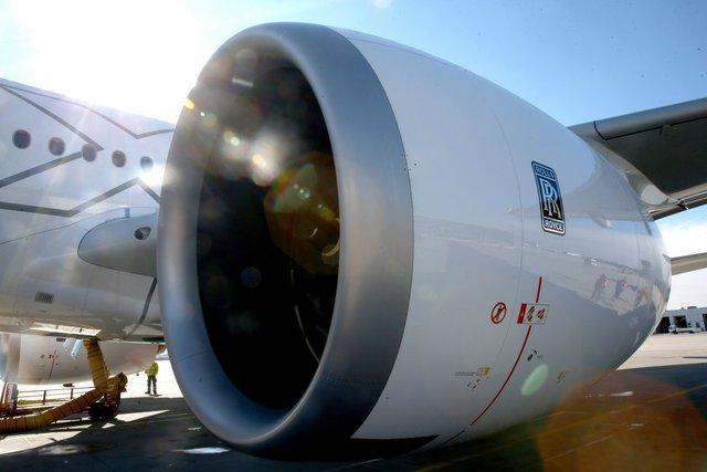 Động cơ Trent XWB của Rolls-Royce nằm dưới cánh một chiếc máy bay. Ảnh: Getty