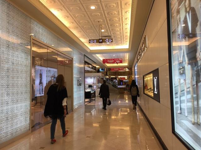 Song theo quan sát trong nhiều giờ đồng hồ, hầu hết người dân đến đây cũng chỉ ngắm những thương hiệu sang trọng này và ít người mua.