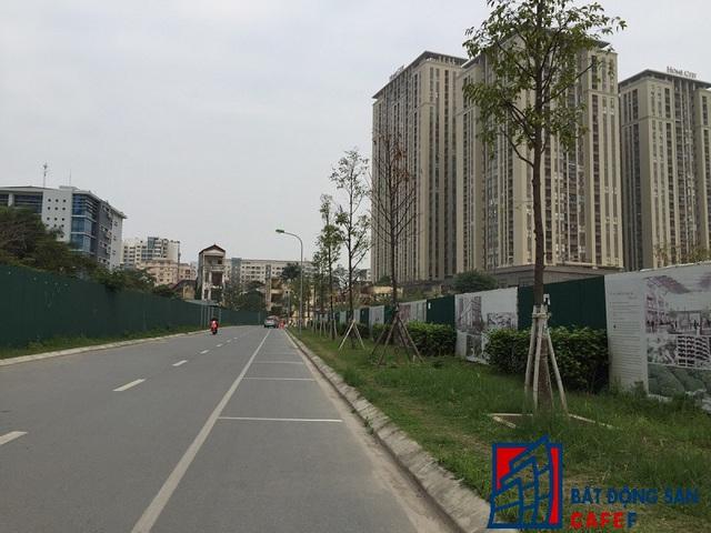 Cổng vào phía đường Nguyễn Chánh khá quanh co và chỉ là phần đất mượn của một dự án khác.