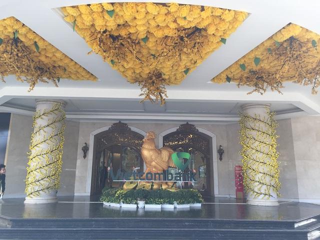 Trung tâm thương mại Tràng Tiền được trang hoàng rực rỡ ngày cuối năm.