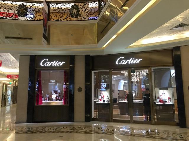 Trong trung tâm thương mại Tràng Tiền nhân viên và bảo vệ còn nhiều hơn khách vào trưa ngày 26 tết.