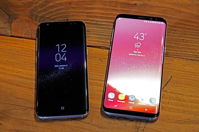 Bộ đôi Galaxy S8 (trái) và S8+ Samsung vừa ra mắt.