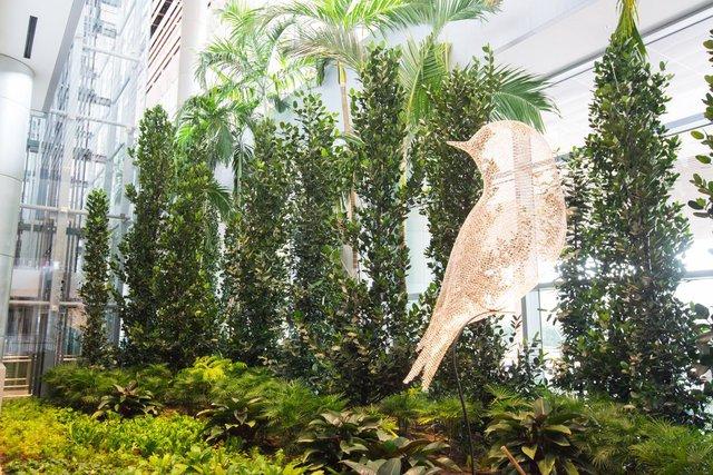 Ấn tượng đầu tiên du khách có thể cảm nhận ở T4 là sự thân thiện với môi trường. Ngoài cổng vào được thiết kế xanh, không gian bên trong công trình cũng được cây cối tô điểm.