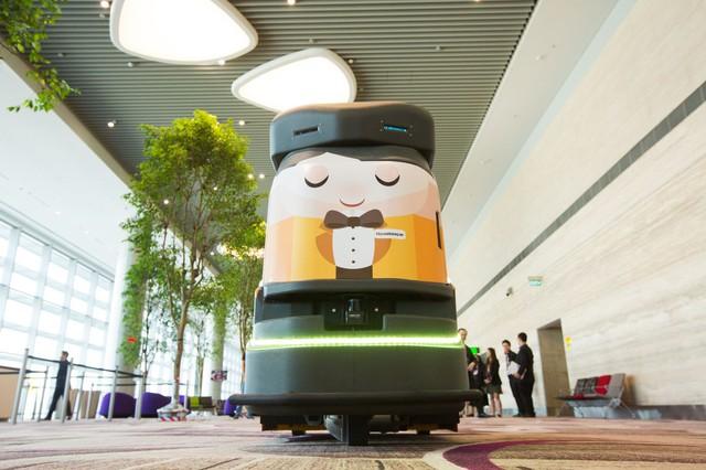Tuy nhiên, bên cạnh cây cối, T4 thực sự là nhà ga vô cùng hiện đại. Người ta sử dụng robot để làm sạch khắp các hành lang của phi trường.