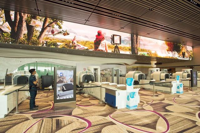 Khu vực cửa an ninh là màn hình rộng 5 m, trải dài 70 m, giúp phát đi mọi thông điệp cần thiết.