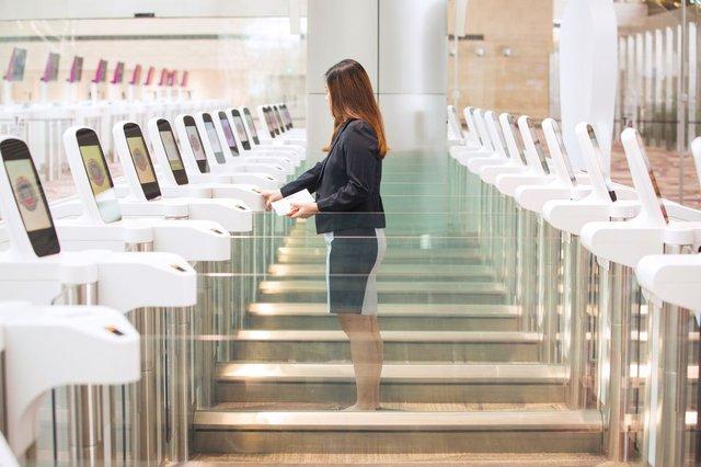 Một nhân viên thử nghiệm hệ thống tự động đăng ký xuất nhập cảnh ở nhà ga T4, sân bay Changi.