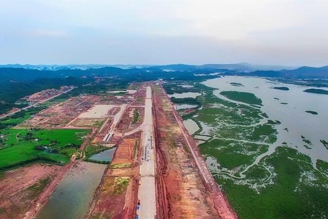 Trong giai đoạn một, sân bay có một đường cất hạ cánh dài 3,6km, chiều rộng 45m. Ảnh: T.N.D - Báo Lao động.