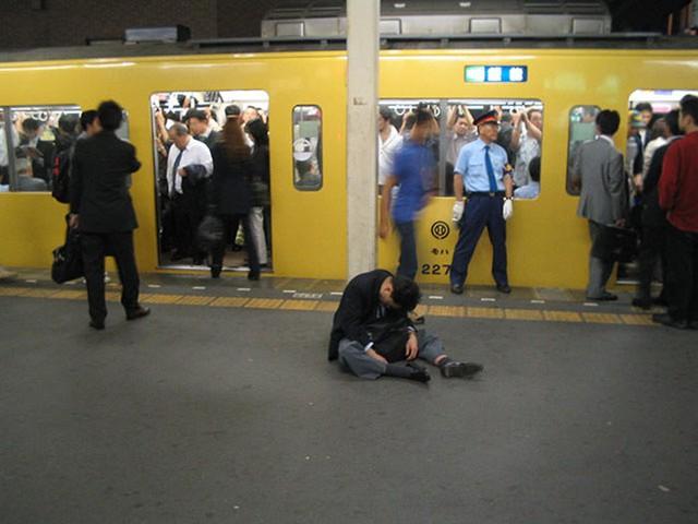 Một người đàn ông uống say chuẩn bị về nhà bằng tàu điện ngầm.