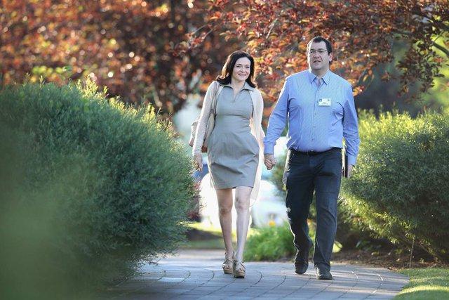 COO Sheryl Sandberg đã kết hôn với CEO Dave Goldberg và có cuộc sống hạnh phúc trong 11 năm, trước khi chồng bà qua đời.