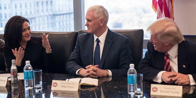 """Điểm danh 10 lãnh đạo doanh nghiệp """"quay lưng"""" với ông Trump"""