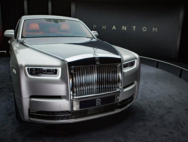 <br /> 14 năm từ khi chiếc Phantom VII ra đời, Rolls-Royce hôm 27/7 cho ra mắt mẫu xe mới mang tên Phantom VIII và dự kiến sẽ được bán chính thức vào năm 2018. Theo đó, mẫu Phantom VIII tiêu chuẩn có giá khoảng 450.000 USD nhưng khách hàng có thể yêu cầu tùy biến chiếc xe với mức chênh lệch khoảng 150.000 USD.<br />