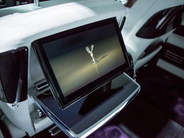 <br /> Tuy nhiên, đừng nghĩ Phantom VIII mà chiếc xe lạc hậu. Nó được trang bị những công nghệ giải trí ưu việt nhất, bao gồm cả hệ thống Wifi tích hợp sẵn. Chúng được thiết kế tỷ mẩn để không phá vỡ phong cách cổ điển của chiếc xe.<br />