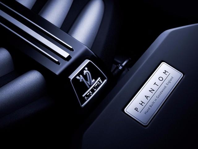 <br /> Chiếc xe mới được trang bị động cơ V12 với công suất 563 mã lực. Nó có thể tăng tốc từ 0 lên 100 km/h trong vòng 5,3 giây. Vận tốc tối đa của chiếc xe là 250 km/h.<br />