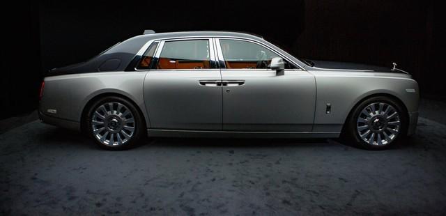 <br /> Theo nhà sản xuất, Phantom VIII không phải là sự cải tiến mà thực chất là một cuộc cách mạng so với các mẫu xe trước. Các nhà thiết kế đã làm việc việt mài để hiện đại hóa chiếc xe nhưng vẫn giữ lại nét thẩm mỹ đã làm nên thương hiệu của sản phẩm này cùng vẻ ngoài đặc trưng.<br />