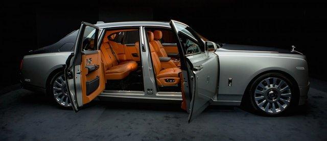 <br /> Cửa xe vẫn được thiết kế để mở sang hai bên, phong cách điển hình của dòng xe siêu sang.<br />