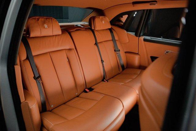 <br /> Trái ngược với dòng xe thông thường, phần lớn thời gian chủ xe ngồi trên Phantom VIII sẽ là ghế sau. Chính vì thế, phần nội thất phía sau được thiết kế để mang lại phong cách đẳng cấp và sang trọng, với khả năng cách biệt tốt với bên ngoài.<br />