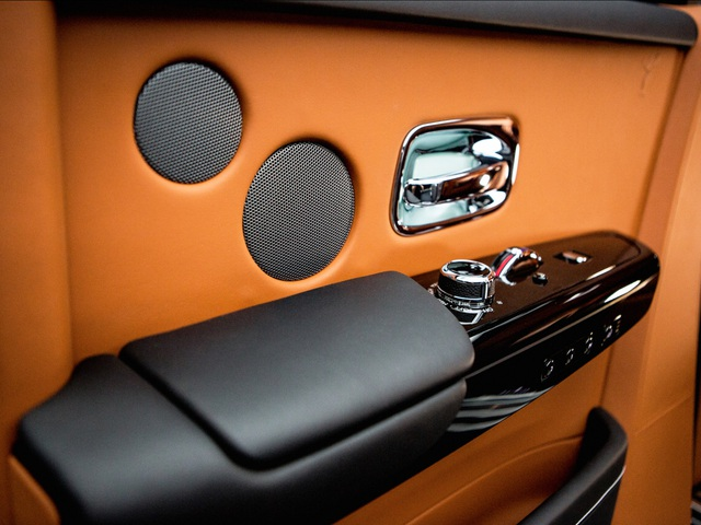 <br /> Nội thất chiếc xe được thiết kế tinh tế, sang trọng và cẩn trọng tới từng chi tiết.<br />