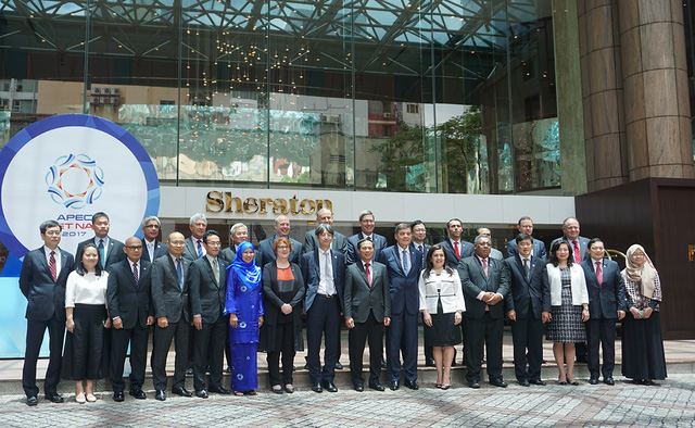 Các quan chức cao cấp chụp ảnh lưu niệm tại SOM 3. Ảnh: Linh Anh