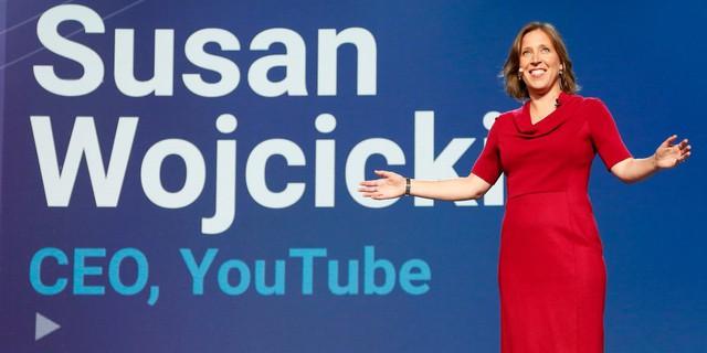 Susan Wojcicki - CEO của Youtube tốt nghiệp cử nhân lịch sử và văn học tại Đại học Harvard, sau đó theo học thạc sĩ Quản trị kinh doanh đại học Santan Cruz. Wojcicki sinh ra trong một gia đình có truyền thống học hàng và được cha mẹ đặt nhiều kỳ vọng. Theo định hướng ban đầu, bà sẽ học đến học vị Tiến sĩ kinh tế. Nhưng khi tìm thấy niềm đam mê về công nghệ, bà đã quyết định thay đổi con đường của mình. Sau khi trúng tuyển vào Google, sự nghiệp công nghệ của bà liên tục phát triển.