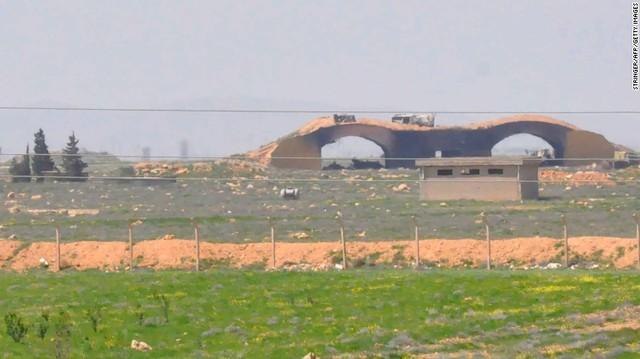 Nhà chứa máy bay trúng tên lửa nhưng không bị đánh sập.