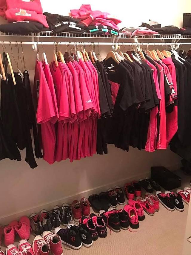Tủ đồ toàn những tranh phục và phụ kiện màu hồng và đen của CEO John Legere.