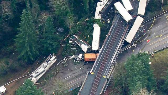 Nhiều toa tàu trật khỏi đường ray, trong đó có 5 toa văng vào rừng và rơi xuống đất từ cầu vượt. Rất may, không tài xế nào di chuyển trên tuyến đường phía dưới thiệt mạng.