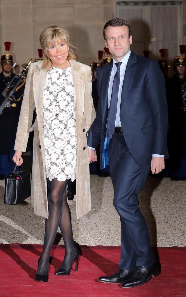 Trong một sự kiện tại điện Elysee, Paris, phu nhân Tổng thống xuất hiện thanh lịch với chiếc áo khoác da lộn sang trọng. Điểm nhấn là chiếc váy ren hoa trắng kết hợp với giày cao gót đen khiến Brigitte trẻ trung và xứng đôi với người chồng trẻ tuổi.