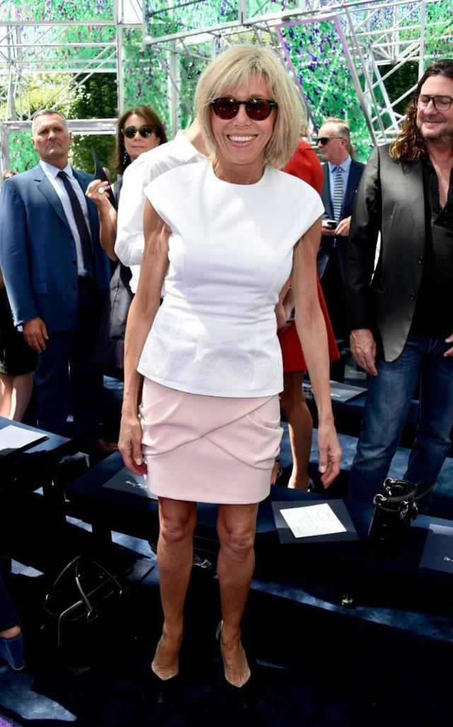 Khi tham dự tuần lễ thời trang Dior Haute Couture, quý bà Brigitte Trogneux xuất hiện trẻ trung trong trang phục áo peplum trắng kết hợp với chân váy phấn hồng.