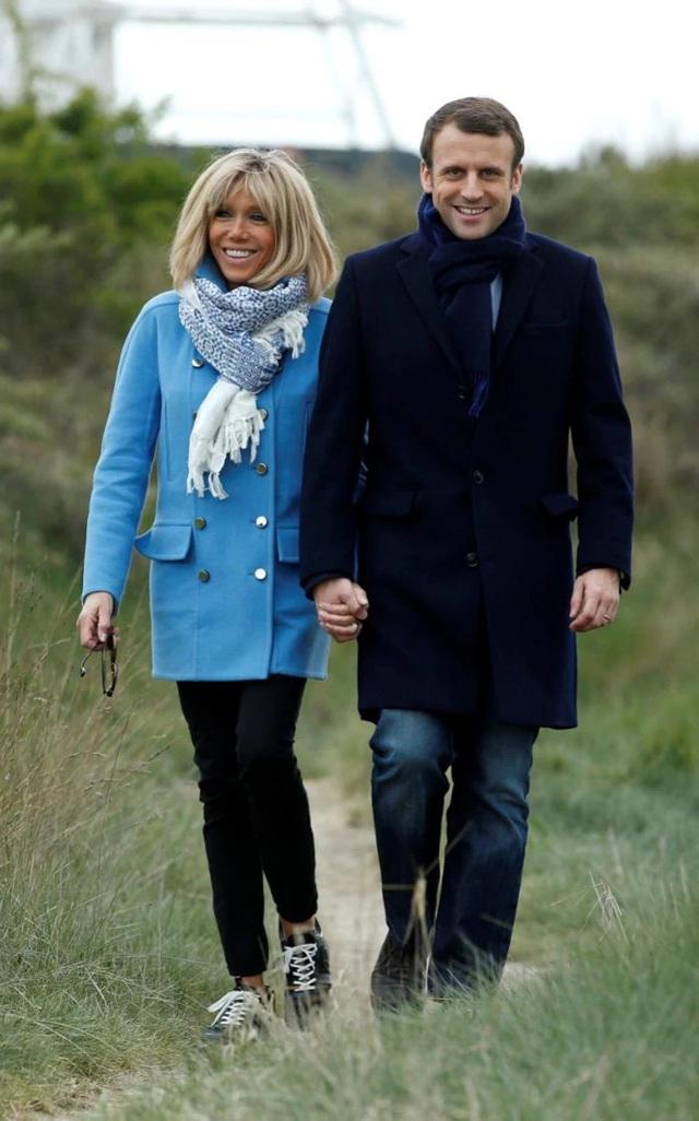 Khi đi dạo chơi cùng chồng ở ngoại ô, Brigitte trẻ trung năng động với áo khoác xanh nhạt, quần ôm đen và giày thể thao.