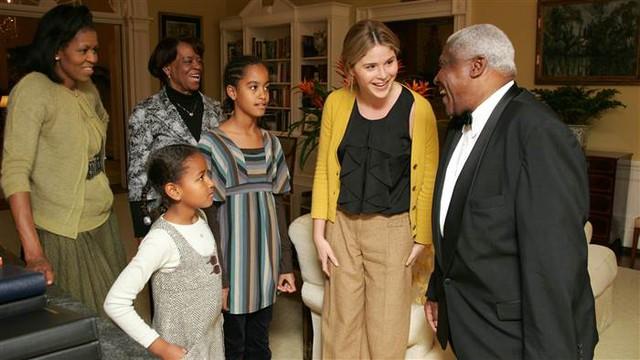 Trong lá thư chân thành gửi các con gái Tổng thống Obama, ái nữ nhà Tổng thống Bush gợi nhắc lại khoảnh khắc họ lần đầu gặp nhau, khi Malia và Sasha tới Nhà Trắng - nơi họ sẽ gọi là nhà trong suốt nhiệm kỳ tổng thống sắp tới của cha. Những hình ảnh trong chuyến thăm vừa được Jenna Bush Hager (áo vàng) chia sẻ.