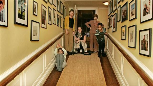 Các ái nữ nhà Obama được hai cô con gái sinh đôi của Tổng thống Bush và Đệ nhất phu nhân Barbara đón tiếp tại Nhà Trắng trong một ngày tháng 11 lạnh giá năm 2008. Giống như những đứa trẻ khác, không khó để nhận thấy sự lạ lẫm trong ánh mắt Malia và Sasha khi nhìn ngôi nhà mới.