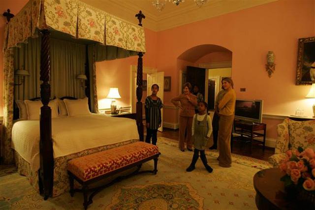 Hai cô bé tỏ ra kinh ngạc trước không gian phòng ngủ trong chuyến thăm Nhà Trắng đầu tiên. Công trình lịch sử này có tới 132 phòng với 35 nhà vệ sinh.