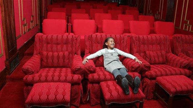 Sasha tận hưởng cảm giác thoải mái trên chiếc ghế được bố trí trong phòng chiếu phim của Nhà Trắng. Cuộc sống ở công trình đặc biệt chắc chắn sẽ để lại ấn tượng sâu sắc với hai thiếu nữ sau 8 năm gắn bó.