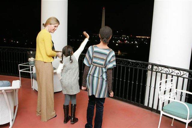 Khung cảnh thủ đô Washington DC nhìn từ Nhà Trắng khiến hai cô bé kinh ngạc.