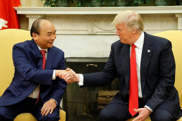 """Phát biểu với truyền thông trước khi hội đàm, Tổng thống Trump nhấn mạnh: """"Thật vinh dự được đón ngài Thủ tướng Việt Nam tại phòng Bầu dục, Nhà Trắng. Ngài Thủ tướng đã làm được điều ngoạn mục ở Việt Nam, dẫn dắt nhiều lĩnh vực khác nhau như thương mại.... Chúng tôi sẽ thảo luận về thương mại, vấn đề Triều Tiên và nhiều lĩnh vực khác. Chúng tôi rất mong đợi được làm việc cùng nhau"""". Thủ tướng Nguyễn Xuân Phúc nhấn mạnh những ấn tượng của ông về ngài Tổng thống Mỹ sau cuộc điện đàm và bức thư của ông chủ Nhà Trắng đồng thời tin tưởng cuộc hội đàm sẽ thành công tốt đẹp, đóng góp vào sự phát triển song phương cũng như khu vực và thế giới. Ảnh: Reuters."""