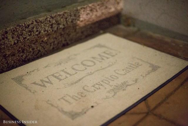 Thảm lau chân trước cửa Crypto Castle