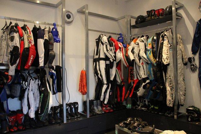 Alan Wilzig dành riêng một phòng để chứa trang phục và các phụ kiện cần thiết cho đam mê xe cộ của ông.